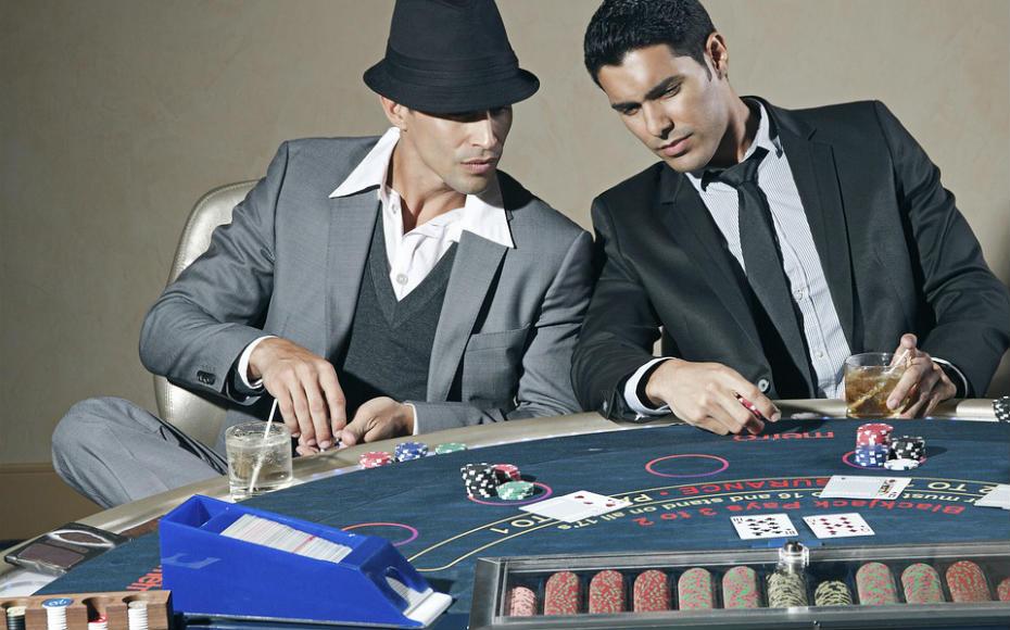 La importancia del farol en el póker: aprende a engañar a tus rivales
